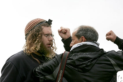 Palestine Occupee - arrogant colon sioniste menacant un journaliste photo-reporter : pas d'information libre possible pour signifier la sauvagerie de la colonie sioniste