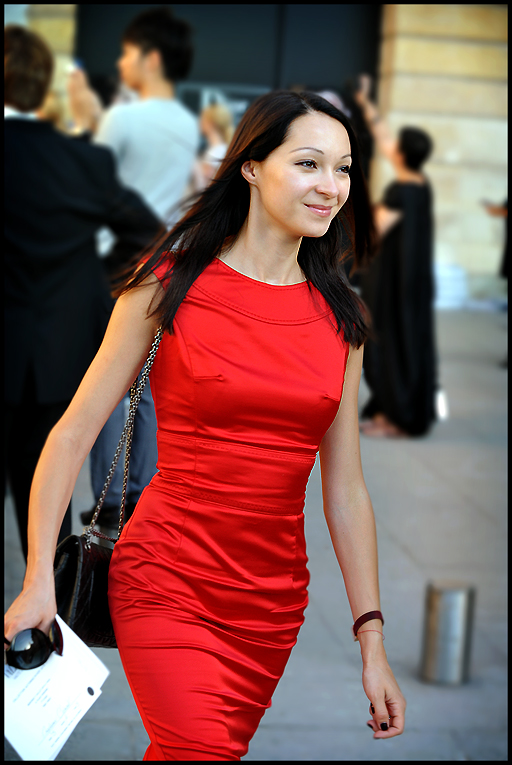 Red dress in a hurry - Paris FW